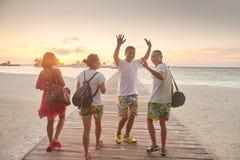 Grupo de amigos en la playa hermosa Fotos de archivo libres de regalías