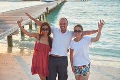 Grupo de amigos en la playa hermosa Fotografía de archivo libre de regalías