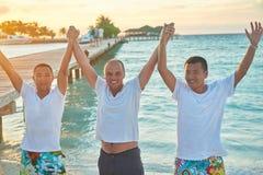 Grupo de amigos en la playa hermosa Fotografía de archivo