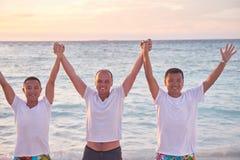Grupo de amigos en la playa hermosa Imagenes de archivo