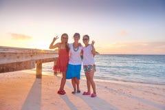 Grupo de amigos en la playa hermosa Imágenes de archivo libres de regalías