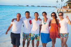 Grupo de amigos en la playa hermosa Fotos de archivo