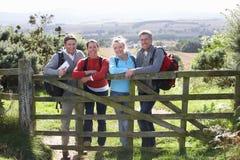 Grupo de amigos en paseo del país Foto de archivo libre de regalías