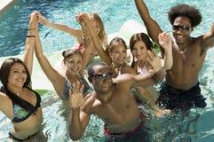 Grupo de amigos en retrato de la opinión de ángulo de alto de la piscina imagen de archivo