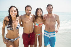 grupo de amigos en trajes de baño Imagen de archivo