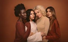 Grupo de amigos fêmeas bonitos que estão junto imagens de stock royalty free