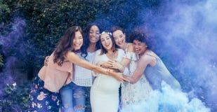 Grupo de amigos fêmeas felizes na festa do bebê fotografia de stock royalty free