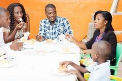 Grupo de amigos felices en restaurante Imagen de archivo