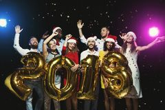 Grupo de amigos felices jovenes con los baloons del número en el partido del Año Nuevo Fotos de archivo libres de regalías