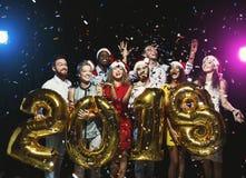 Grupo de amigos felices jovenes con los globos del número en el partido del Año Nuevo Foto de archivo