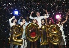 Grupo de amigos felices jovenes con los globos del número en el partido del Año Nuevo Foto de archivo libre de regalías
