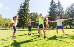 Grupo de amigos felices que ejercitan al aire libre Imagenes de archivo