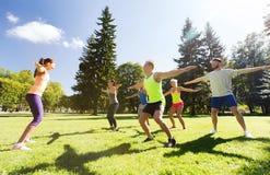 Grupo de amigos felices que ejercitan al aire libre Imagen de archivo