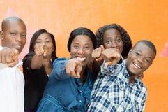 Grupo de amigos felices y de señalar alguien Fotografía de archivo
