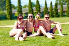 Grupo de amigos felizes junto no gramado Imagens de Stock Royalty Free
