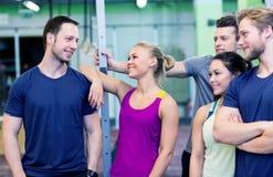 Grupo de amigos felizes no gym Fotografia de Stock Royalty Free