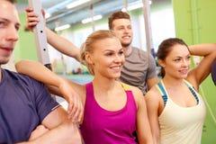 Grupo de amigos felizes no gym Fotografia de Stock