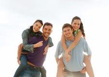 Grupo de amigos felizes que têm o divertimento fora Imagens de Stock Royalty Free