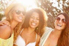 Grupo de amigos femeninos que tienen partido en la playa junto Imágenes de archivo libres de regalías
