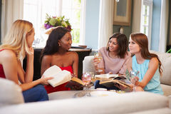 Grupo de amigos fêmeas que participam no clube de leitura em casa Fotografia de Stock Royalty Free