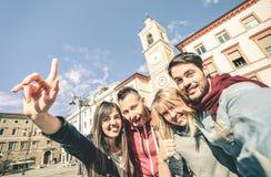 Grupo de amigos frescos de los turistas del multiculture que toman el selfie Foto de archivo