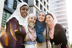 Grupo de amigos islâmicos que abraçam e que sorriem junto Foto de Stock Royalty Free