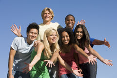 Grupo de amigos jovenes afuera Imágenes de archivo libres de regalías