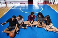 Grupo de amigos jovenes del adolescente en una cancha de básquet Fotografía de archivo libre de regalías