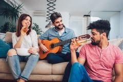 Grupo de amigos jovenes felices que se divierten y que beben la cerveza Foto de archivo libre de regalías