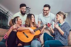 Grupo de amigos jovenes felices que se divierten y que beben la cerveza Imagenes de archivo