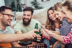 Grupo de amigos jovenes felices que se divierten y que beben la cerveza Fotografía de archivo libre de regalías