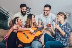 Grupo de amigos jovenes felices que se divierten y que beben la cerveza Fotos de archivo