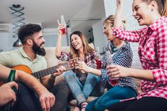 Grupo de amigos jovenes felices que se divierten y que beben la cerveza Fotos de archivo libres de regalías