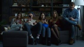 Grupo de amigos jovenes phubbing en casa almacen de metraje de vídeo