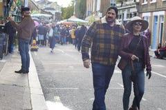 Grupo de amigos jovenes que caminan en carril famoso del ladrillo en Londres Gente multicultural con las razas mixtas que llevan  imagenes de archivo
