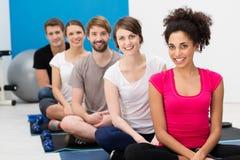 Grupo de amigos jovenes que practican yoga Imagen de archivo