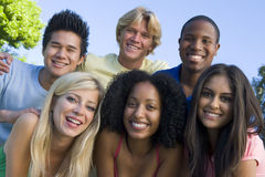 Grupo de amigos jovenes que se divierten Foto de archivo libre de regalías