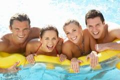 Grupo de amigos jovenes que se divierten en piscina Imágenes de archivo libres de regalías