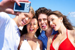 Grupo de amigos jovenes que se unen Fotografía de archivo