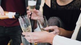 Grupo de amigos de la raza mixta que celebran Año Nuevo o de fiesta de Navidad con champán La gente está sosteniendo las copas ad almacen de metraje de vídeo