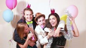 Grupo de amigos locos divertidos en cabina de la foto almacen de video