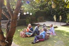Grupo de amigos maduros que apreciam bebidas no quintal junto fotos de stock royalty free