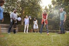 Grupo de amigos maduros que jogam o cróquete no quintal junto fotografia de stock royalty free