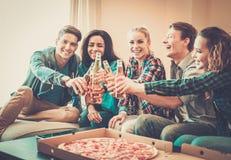 Grupo de amigos multi-étnicos jovenes que tienen partido fotos de archivo libres de regalías
