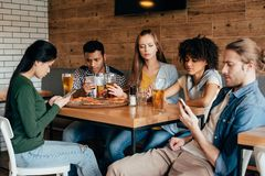 Grupo de amigos multi-étnicos novos que passam o tempo imagens de stock
