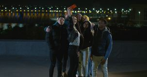 Grupo de amigos multi-étnicos que tomam selfies imagens de stock royalty free