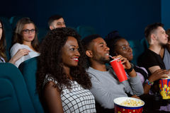 Grupo de amigos multiculturales en el teatro de película imagenes de archivo