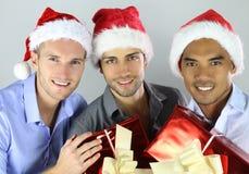 Grupo de amigos multirraciais alegres felizes em chapéus do Natal que comemoram imagens de stock royalty free