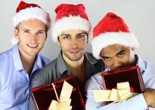 Grupo de amigos multirraciales alegres felices en sombreros de la Navidad que celebran foto de archivo libre de regalías