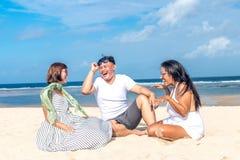 Grupo de amigos multirraciales que se divierten en la playa de la isla tropical de Bali, Indonesia Fotografía de archivo libre de regalías